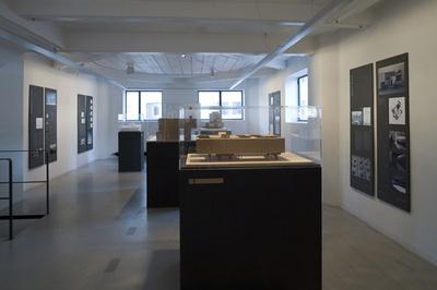 """Blick in die Ausstellung """"Alejandro de la Sota: Raummodelle"""""""