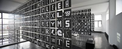 "Installation ""andreas uebele: alphabet innsbruck"" im aut"