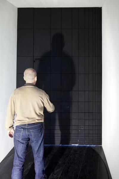 eins zu zwei – zwei zu eins – Blick in die Ausstellung im aut – Türe (EOOS) – Eingang unter Verwendung von Le Corbusiers Modulor; Bildnachweis: © B&R