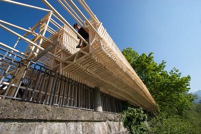 Aus einfachen Holzlatten ensteht eine Architekturskulptur.