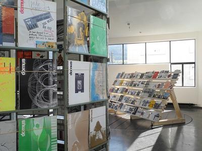 """Blick in die Ausstellung im aut – Raum 1: """"Kiosk"""", 2011 und """"Regal"""", 2011, Bildnachweis: © Werner Feiersinger"""
