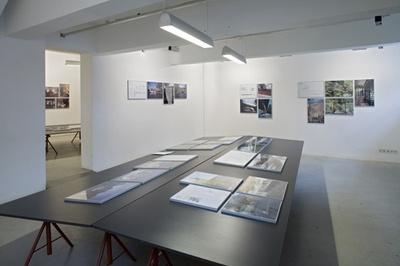 """Blick in die Ausstellung """"Neues Bauen in den Alpen"""""""