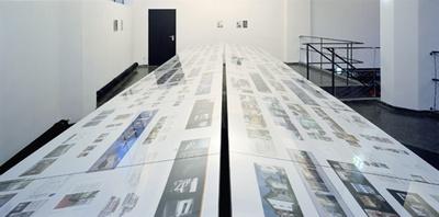 """Blick in die Ausstellung """"Neues Bauen in Tirol 2004"""""""