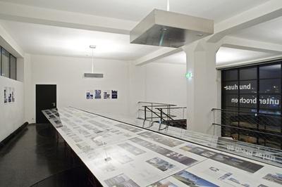 """Blick in die Ausstellung """"Neues Bauen in Tirol 2006"""""""