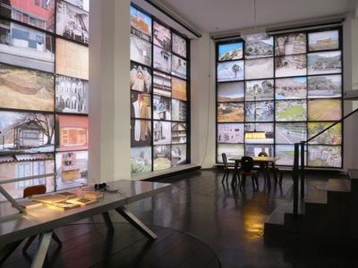 Blick in die Ausstellung im aut, Bilderwand mit Ikonographie von Walter Angonese und Referenzen von Manfred Alois Mayr, © aut