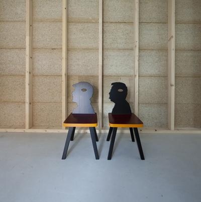 """Blick in die Ausstellung """"Amol eppas ondorsch"""", Stühle aus der Stube Lanz"""